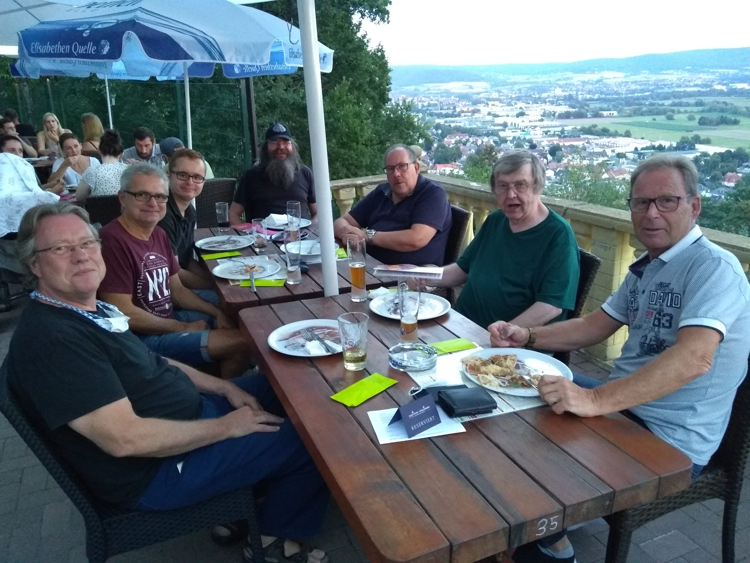 7 Radiodoktoren vor toller Aussicht beim Live Treffen trotz Corona