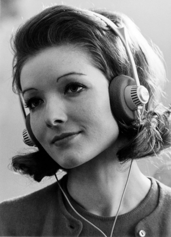 Sennheiser Pressebild Dame mit Kopfhörer