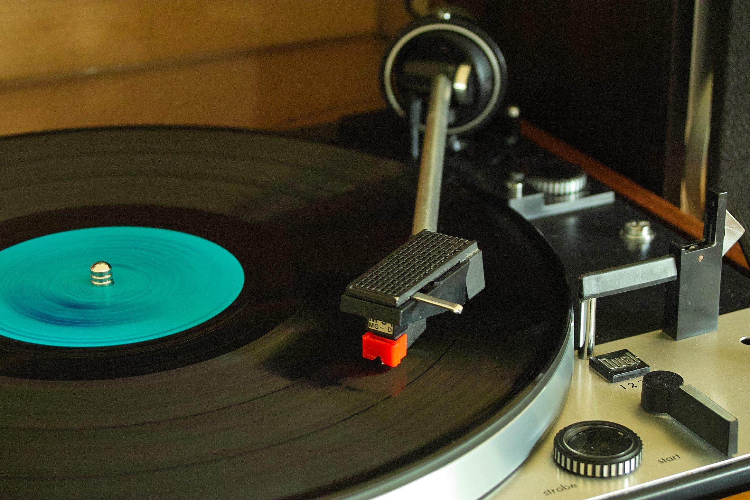 """Vinyl-Schallplatte auf einem """"DUAL"""" Plattenspieler"""
