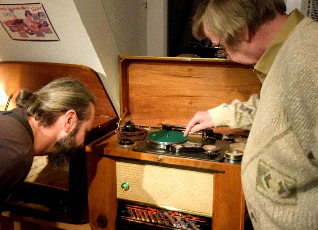 Wolfgang Ruf (re.) bei Gerätevorführung